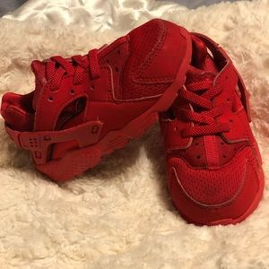 RED TODDLER NIKE HUARACHES ❤️